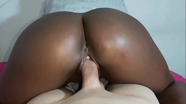 Sexo caseiro com negona rabuda sentando na pica
