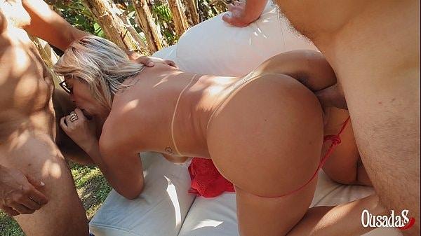 Loira gostosa carioca fazendo dupla penetração
