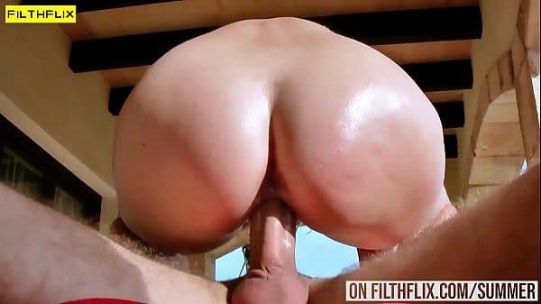 Novinha com bunda gostosa dando a buceta babada