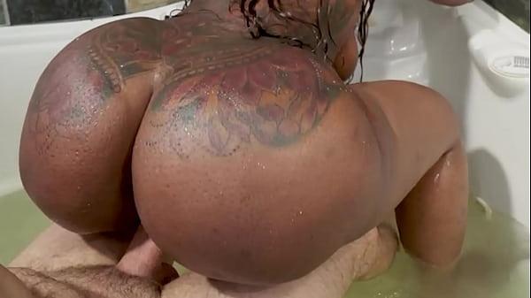 Sexo quente na banheira com negona rabuda